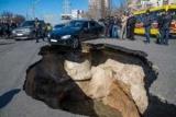 Стало известно, почему автомобили проваливаются под асфальт
