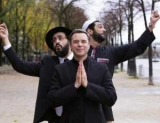 Католический священник, Имам и раввин покорить шоу-бизнес Комедия